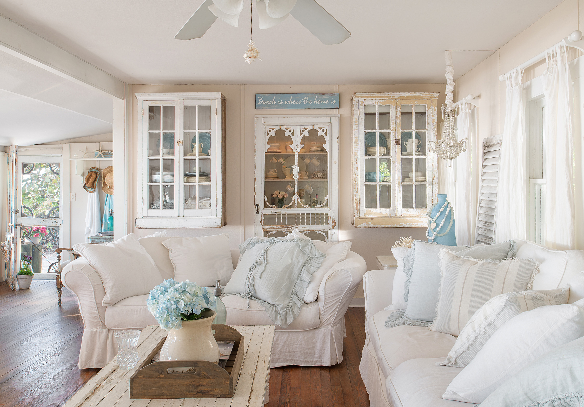 House Tour A Romantic Beach Bungalow Cottage Style Decorating