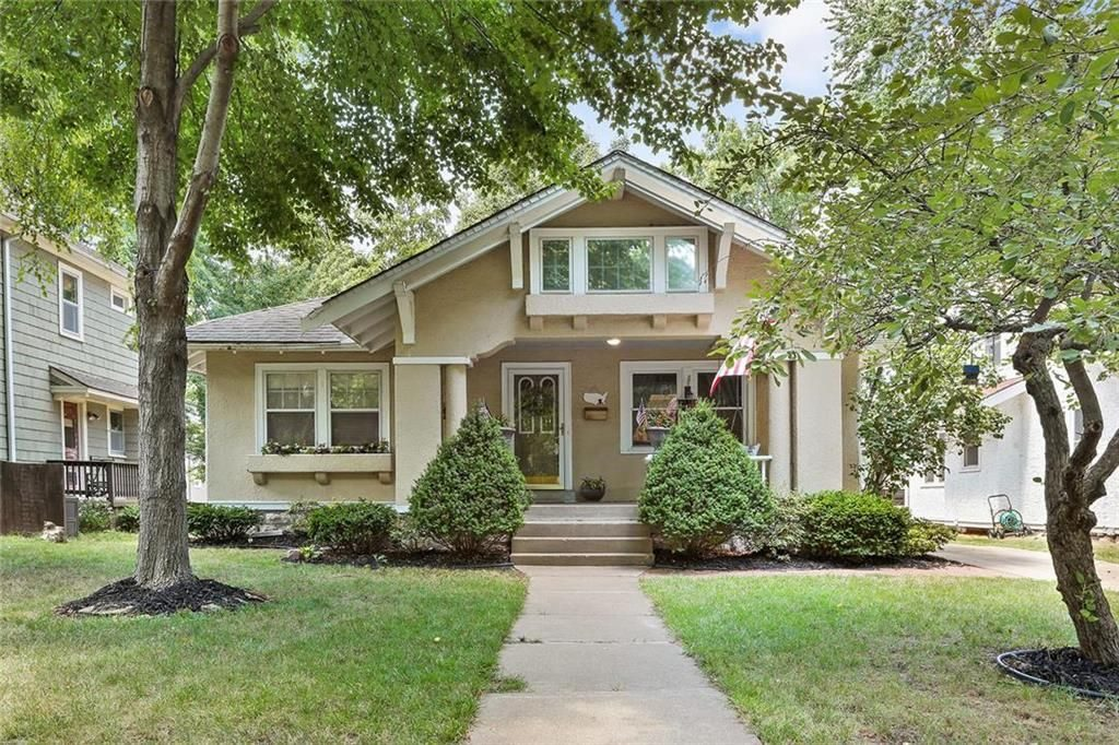 Pretty cream colored cottage in Kansas City