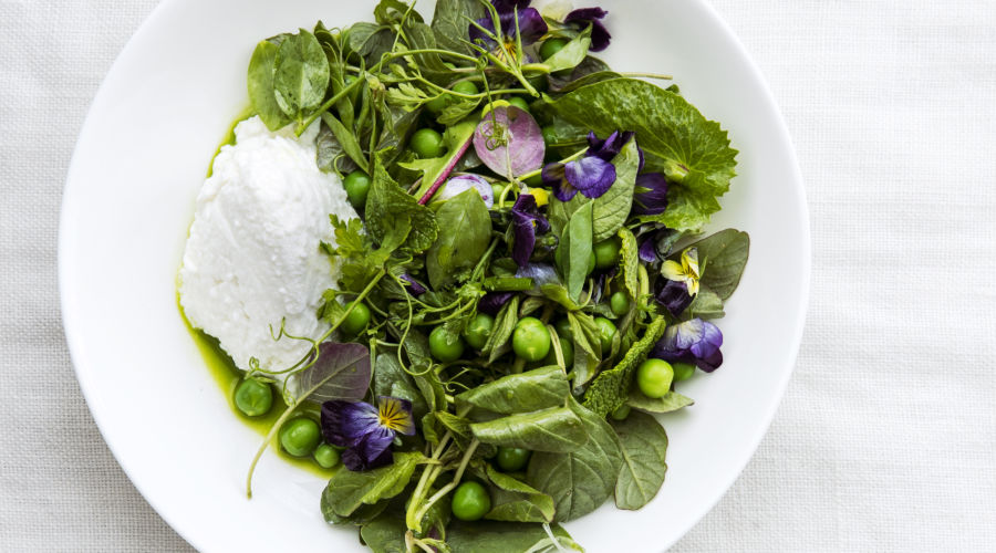 Spring salad with Peas and ricotta and fresh edible pansies